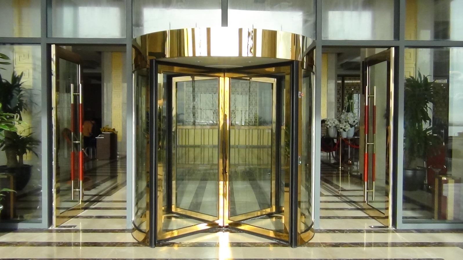 Bàn giao bộ cửa xoay KBB cho khách sạn Mường Thanh Nhật Lệ