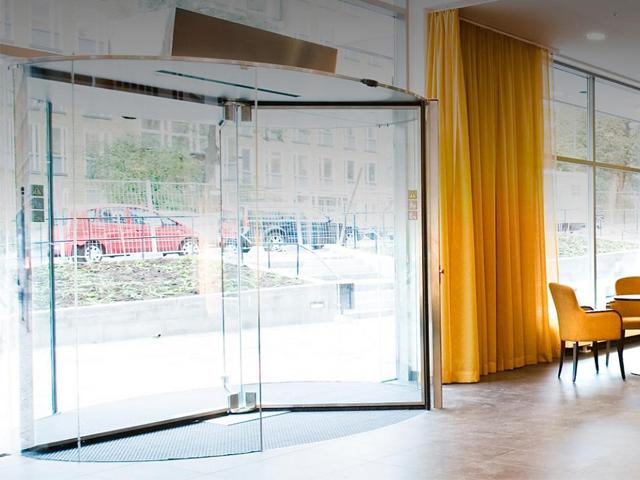 Cửa xoay Crystal Tourniket của Boon Edam không giới hạn tầm nhìn