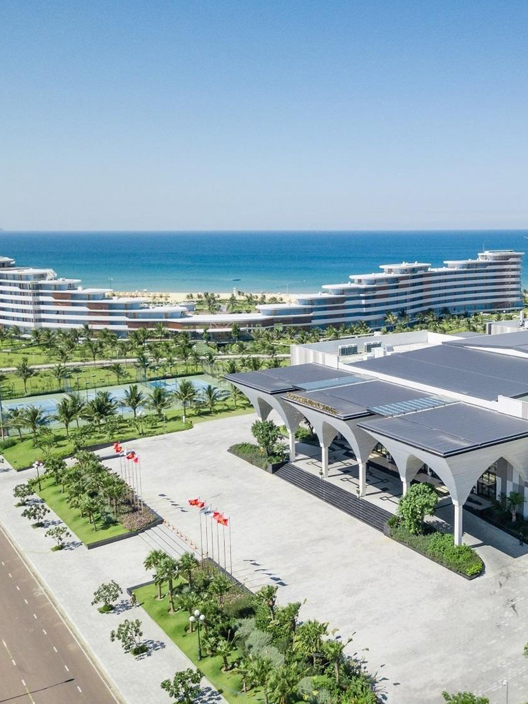 FLC Luxury Hotel Quy Nhon has a unique architecture inspired by the image of a sea dragon on the white sand beach, including 327 spaciously designed hotel rooms with separate kitchen and balcony areas and modern furniture. more than expected.